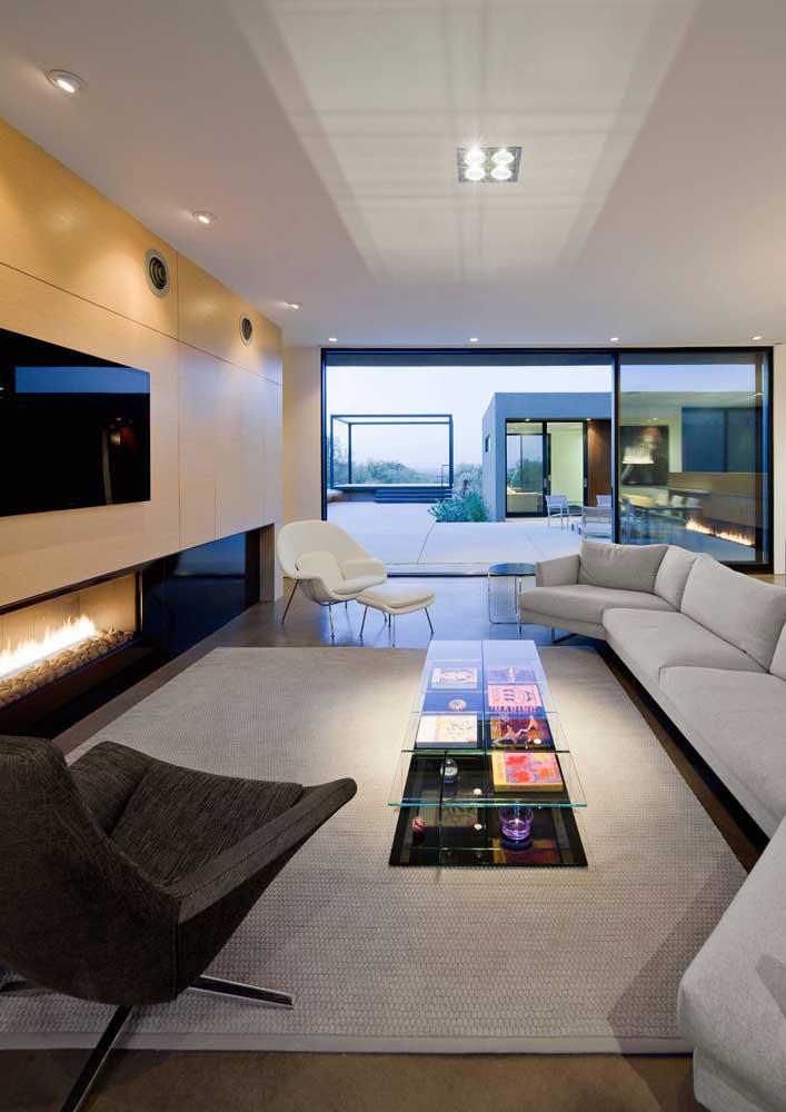 A cor branca usada no teto da sala deixa o ambiente mais leve. Para deixar o local mais moderno foi usado uma lâmpada de led no teto.