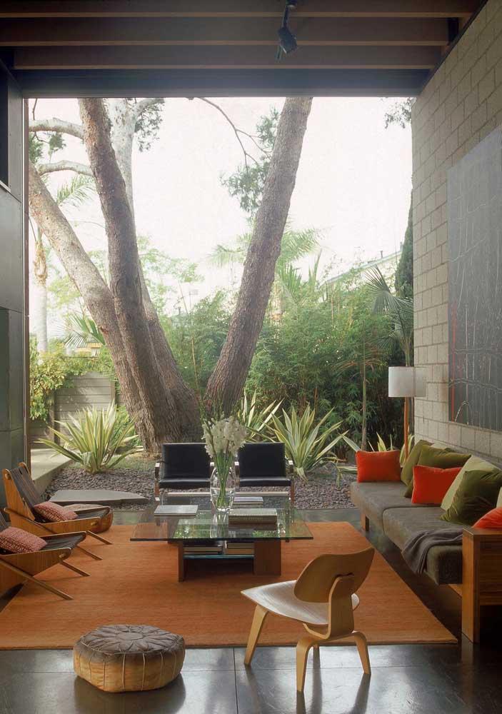 O que acha de montar uma sala de estar bem no meio do quintal? Para deixá-lo mais moderno, use e abuse de cores fortes e chamativas.