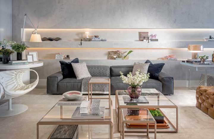 A mesa de centro é um item primordial na decoração da sala de estar, mas é preciso escolher um modelo que combine com o restante dos móveis. Nesse caso, não foi usada apenas uma mesa, mas várias no modelo com vidros.