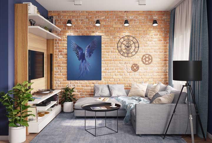 O jogo de luminárias no mesmo modelo fez com que a parede de tijolo se destacasse na sala de estar.