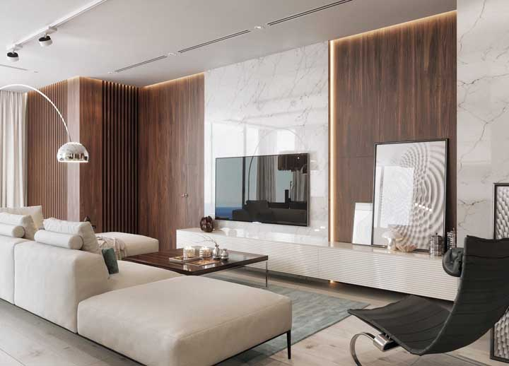 A mistura de paredes de madeira com móveis nos tons mais claros, deixa o ambiente mais aconchegante e sofisticado.