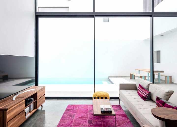 A parede ou porta de vidro é perfeita para compor um cômodo mais moderno como esse modelo.