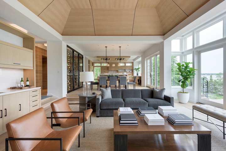 Que tal usar móveis nas cores cinza, marrom e nude para fazer a decoração da sala de estar?