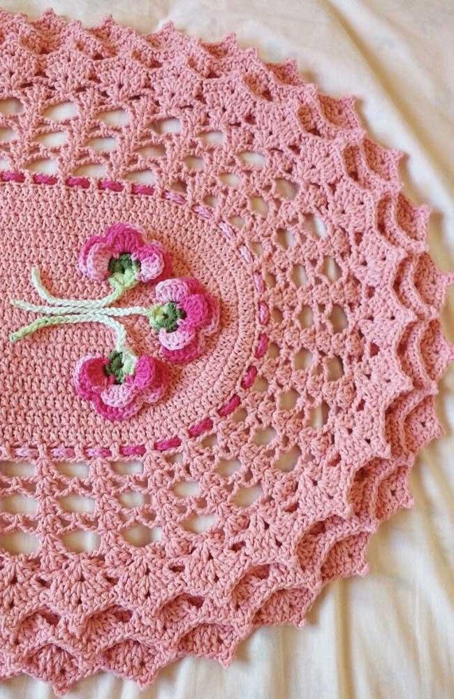 A graça e delicadeza de um tapete de crochê oval cor de rosa e com aplicação de flores
