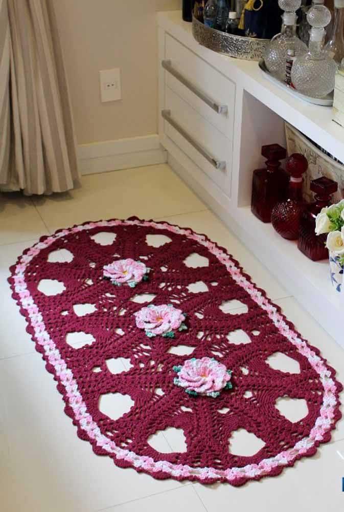 Esse outro modelo aqui também apostou nas flores como diferencial do tapete