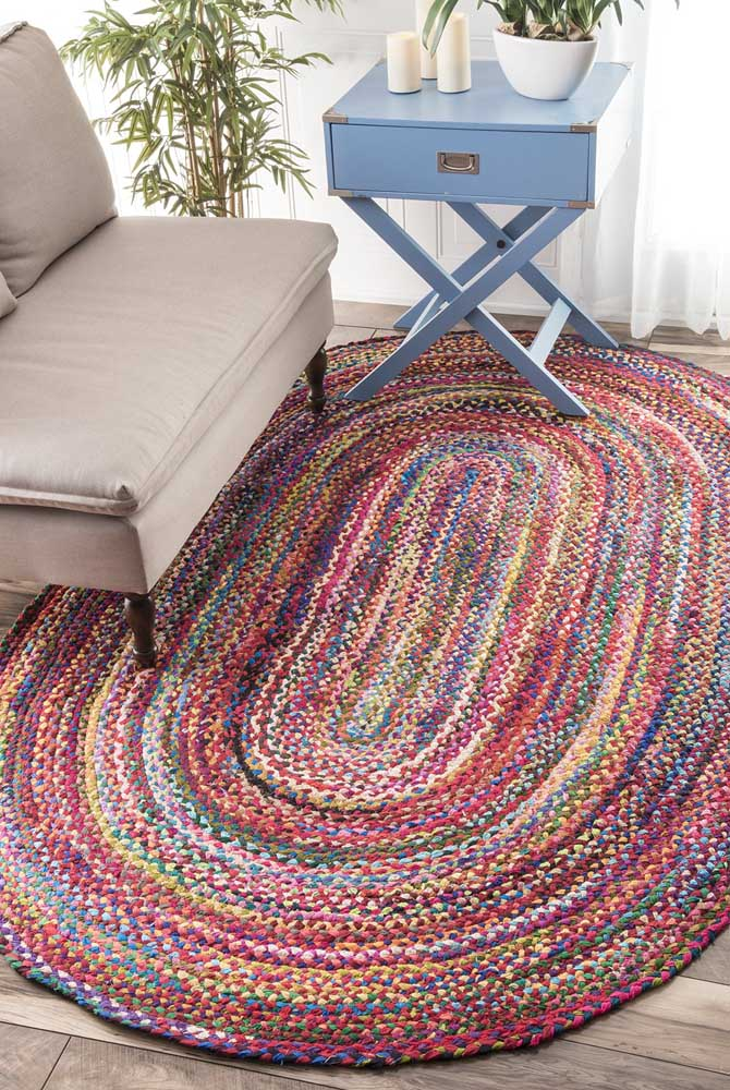 O tapete de crochê oval mesclado é moderno e deixa os ambientes descontraídos