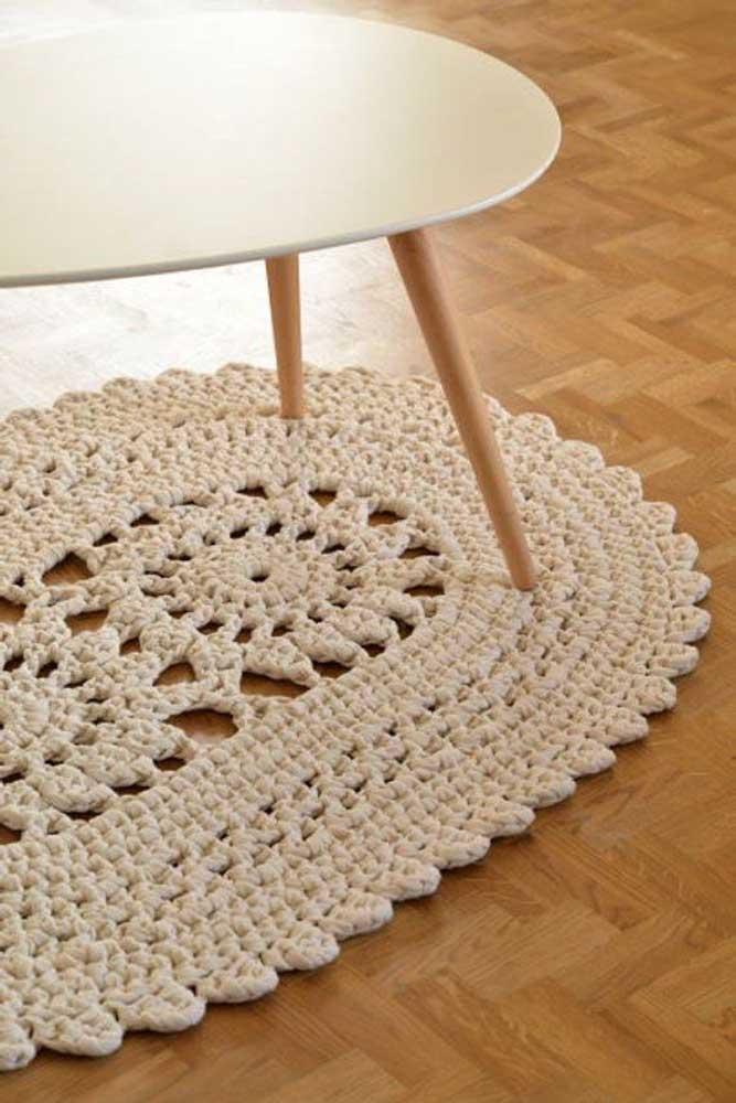 A mesa de design moderno se deu muito bem com o clássico tapete de crochê oval em tom cru
