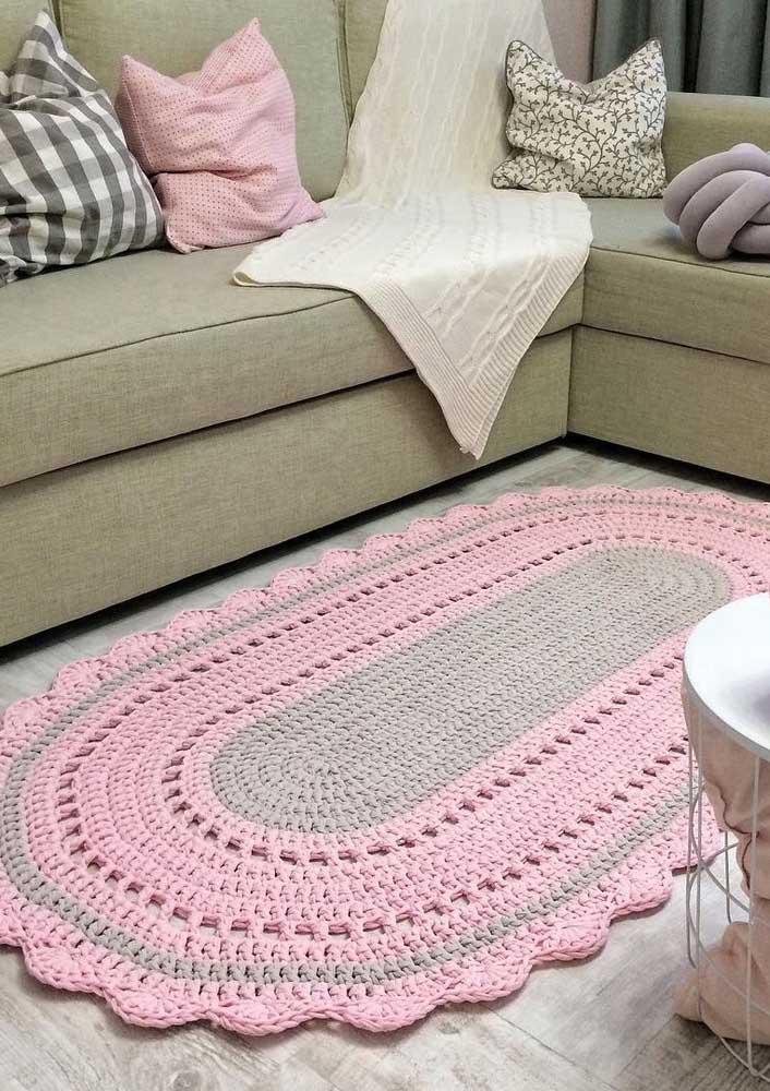 Rosa e cinza: combinação tendência usada no tapete de crochê oval