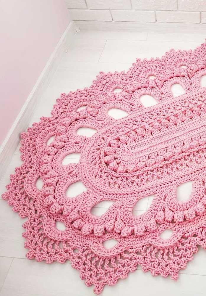 Tapete de crochê rosa e bem longe de pieguices