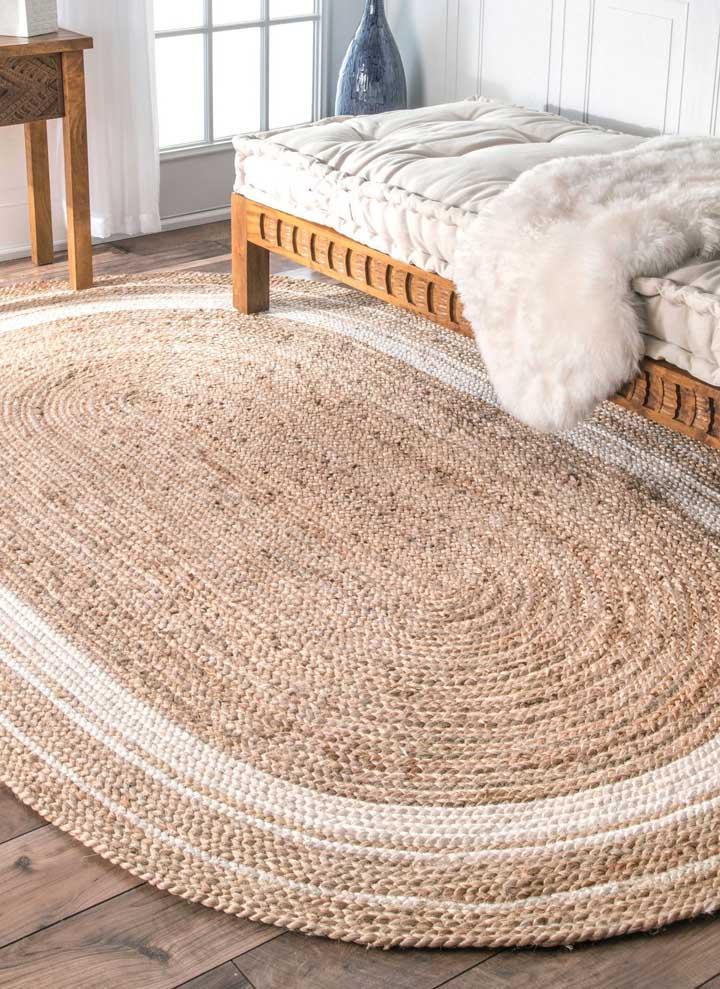 O tom cru desse tapete de crochê oval realçou a decoração clean do quarto