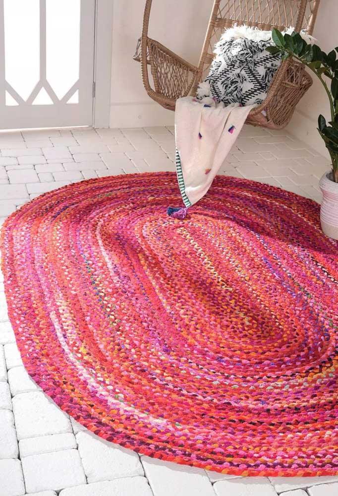 Para o hall de entrada a sugestão é um tapete de crochê oval mesclado em tons de rosa, azul e amarelo