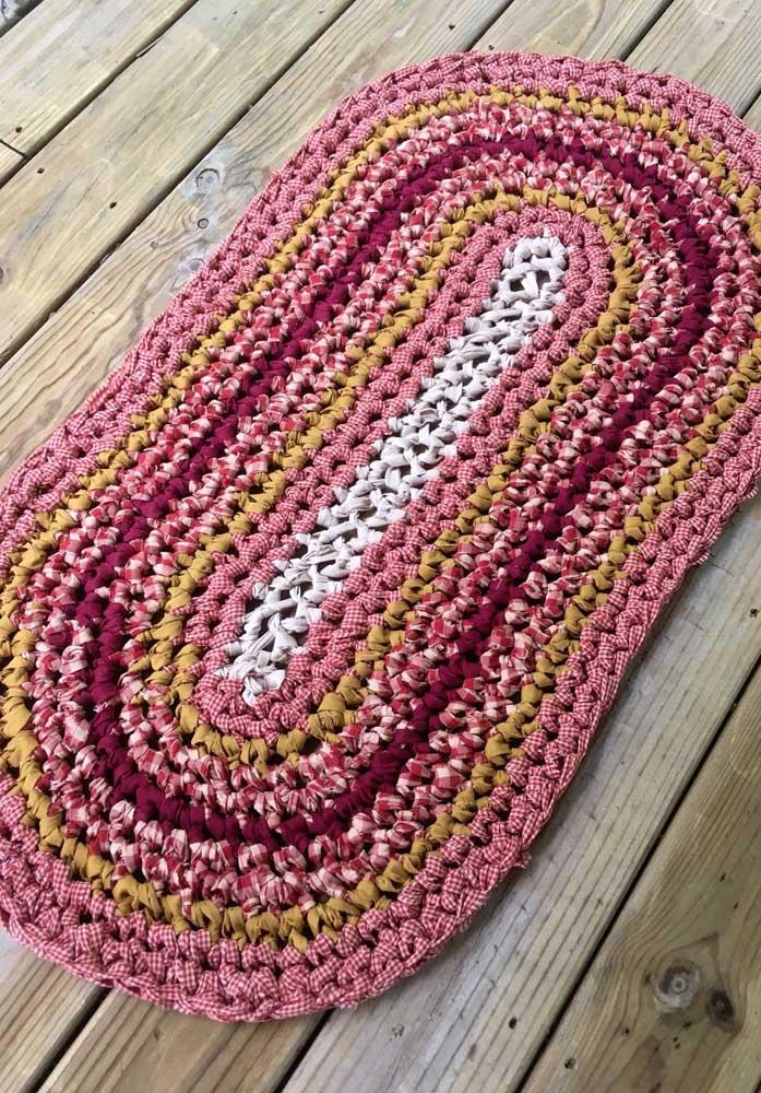 O que acha de fazer um tapete de crochê oval usando fio de malha estampado?