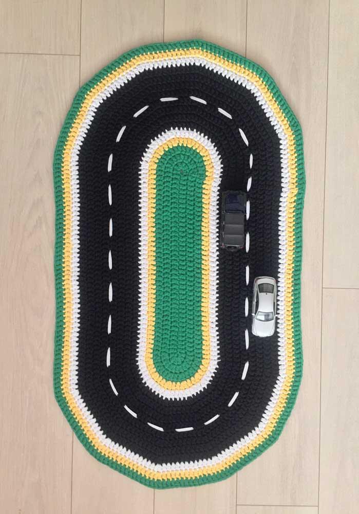 Tapete de crochê oval de atividades infantis; aqui, ele vira uma pista de corrida