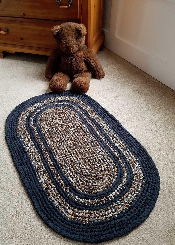 Para esse quarto infantil a opção foi por um tapete de crochê oval azul escuro mesclado com tons claros