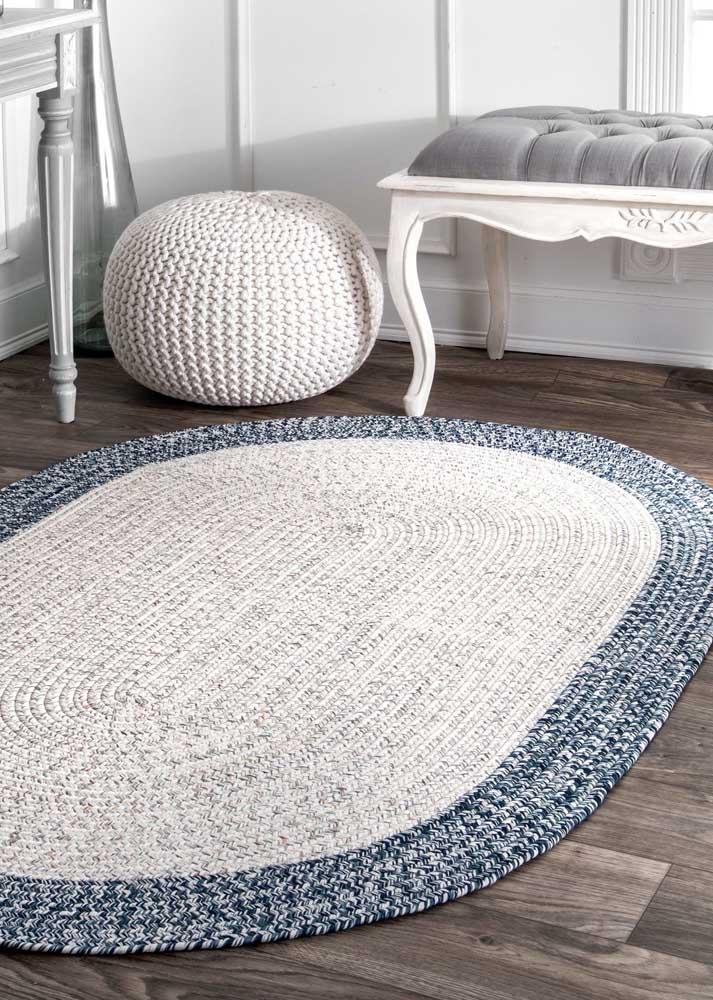 Já essa sala de estilo vitoriano fez uma aposta certeira no tapete de crochê oval em duas cores