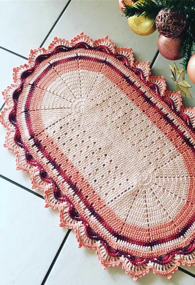 O barradinho dá um charme todo especial a esse pequeno tapete de crochê oval