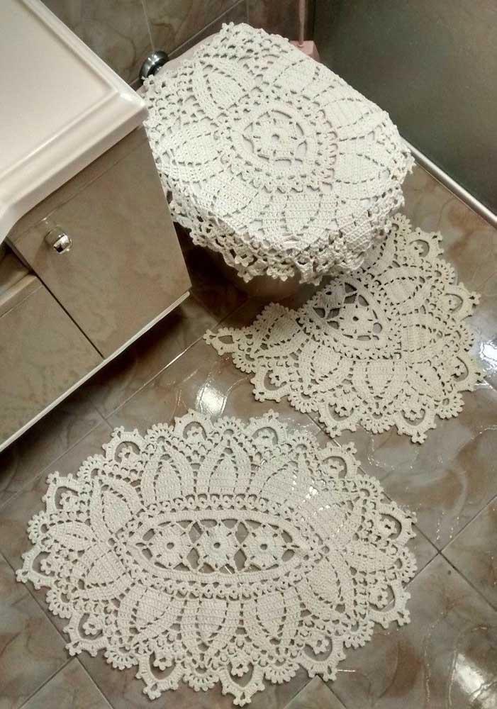 Que tal um jogo de banheiro de crochê em tom cru? Muito bonito!