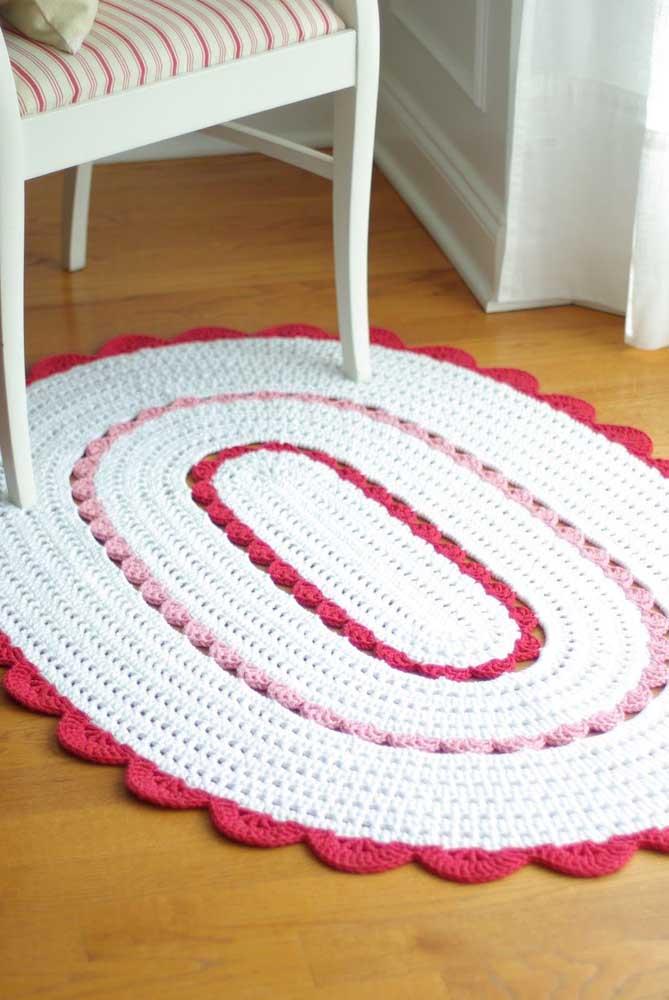 O toque de cor deu um ânimo extra ao tapete de crochê oval