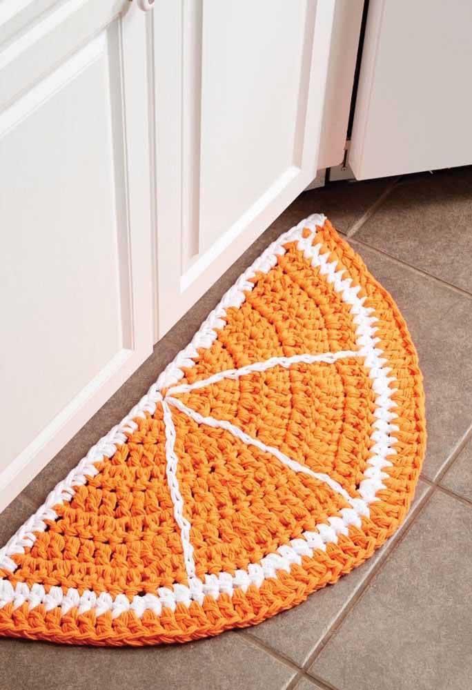 A metade da laranja se acomoda perfeitamente junto a pia do banheiro