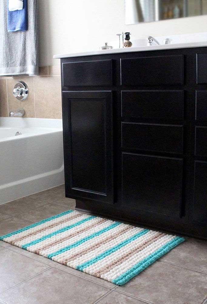 Tapete de crochê para banheiro simples com listras discretas e coloridas