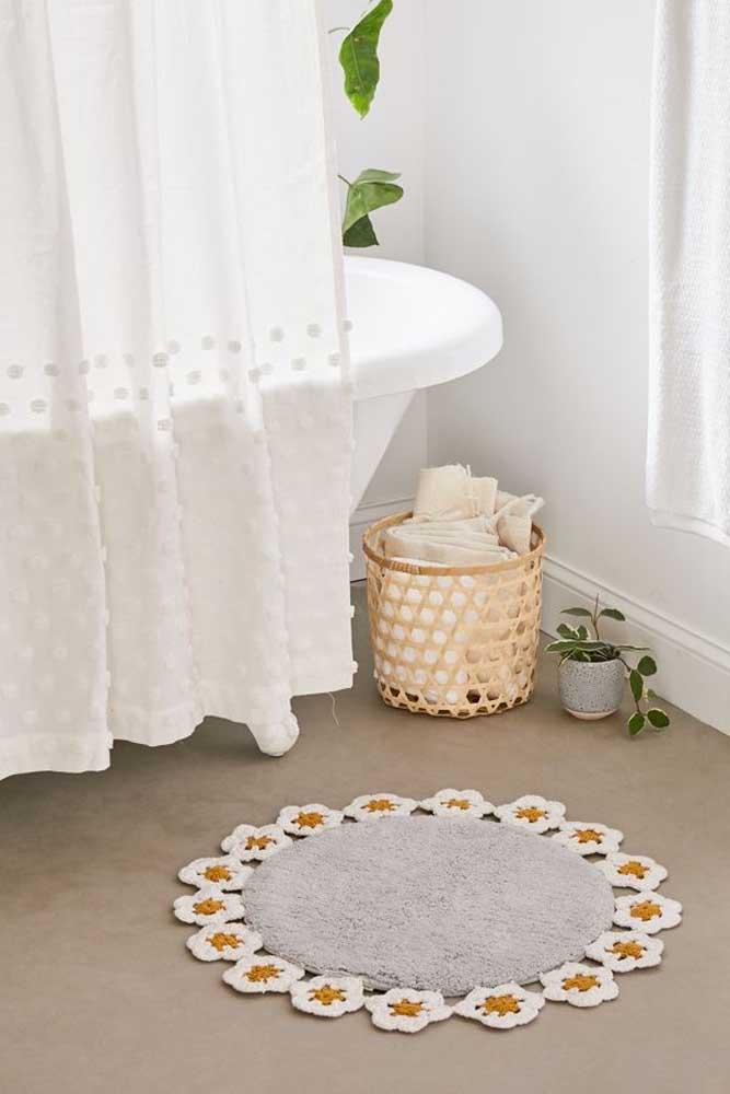A sugestão aqui é um tapete de crochê redondo com bordas de flores, semelhantes a pequenas margaridas