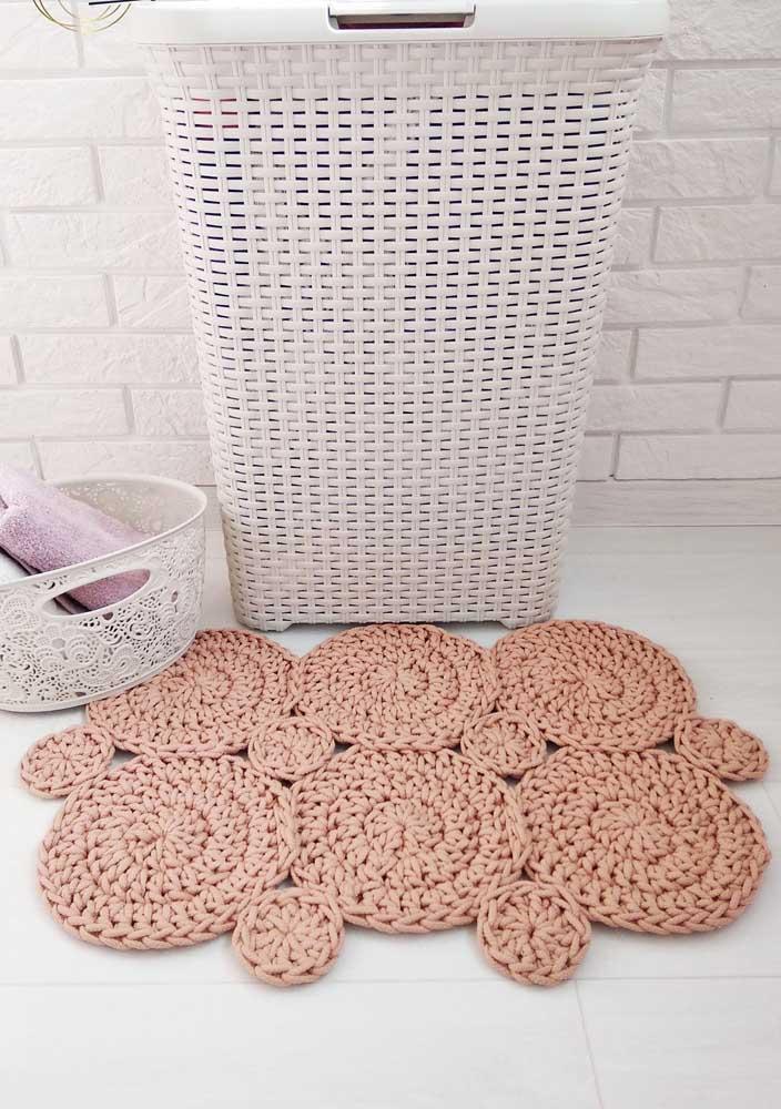 Pequenos círculos de crochê unidos para formar um tapete