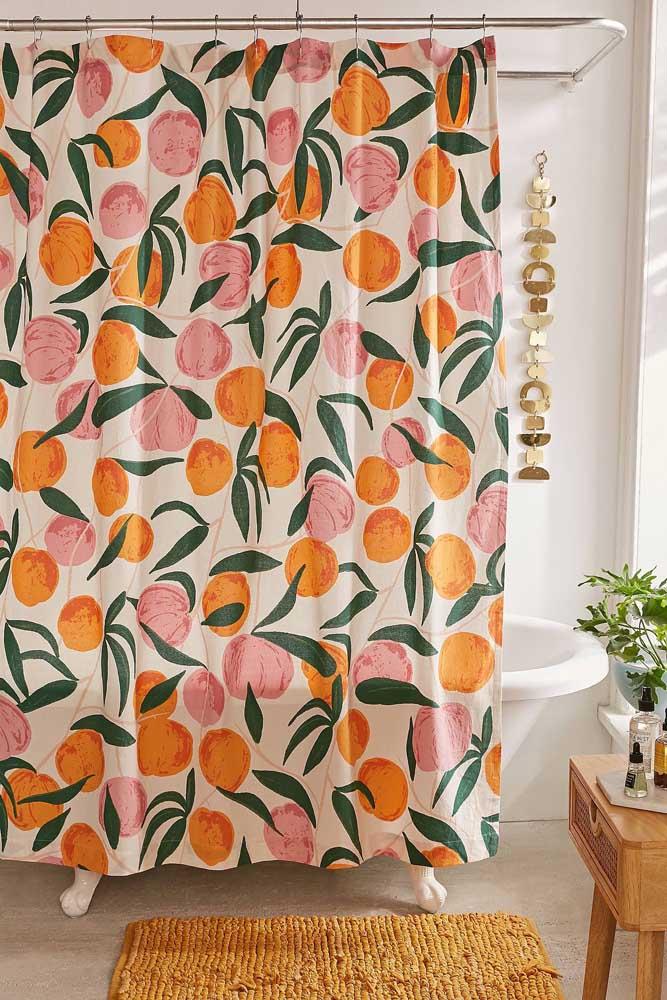 Simples, esse tapete de crochê para banheiro combina com a cor da cortina