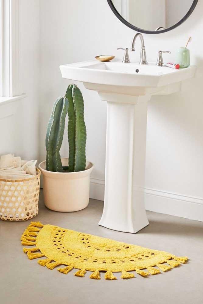 O tom amarelo desse tapete de crochê dá vida e cor ao banheiro de decoração clean