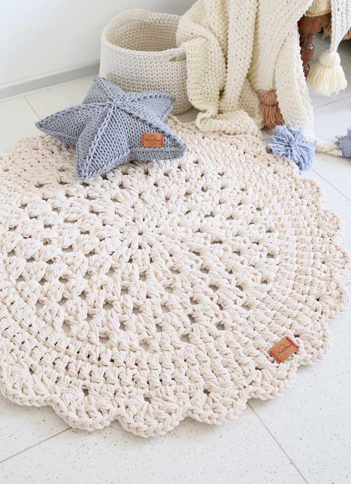 Um mimo esse tapete de crochê branco combinando com o cesto, a manta e a estrelinha
