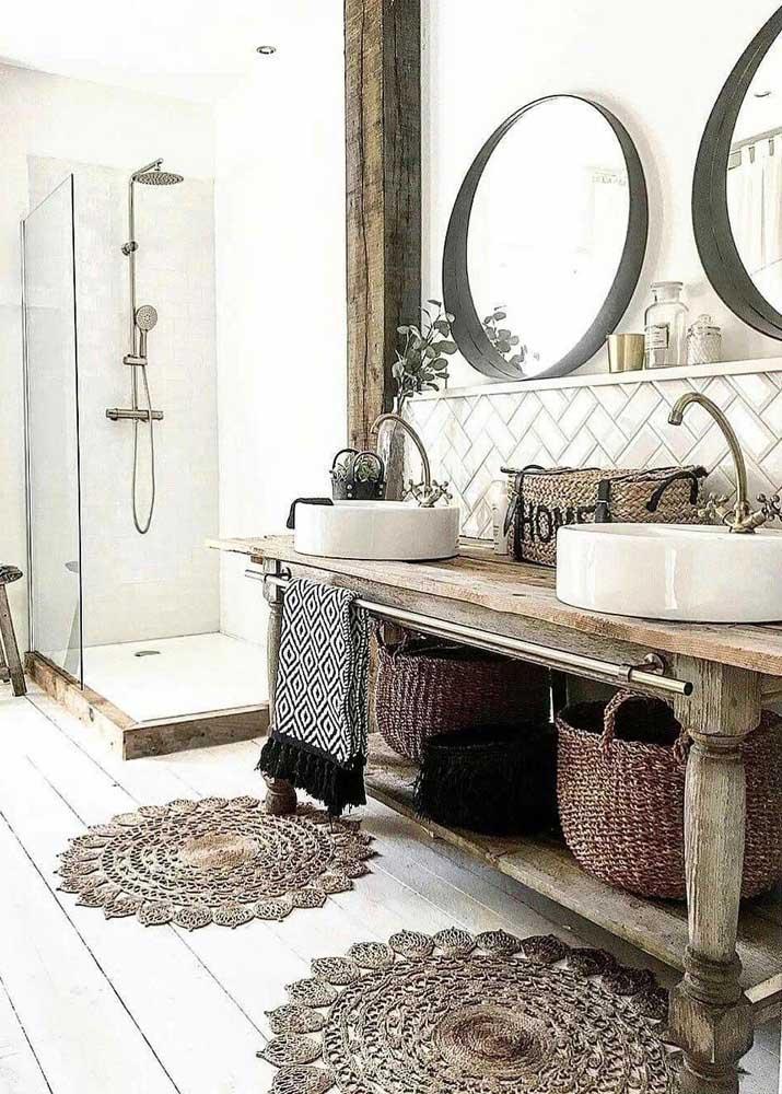 Nesse banheiro, ao invés de um foram usados dois tapetes de crochê em modelos bem elaborados