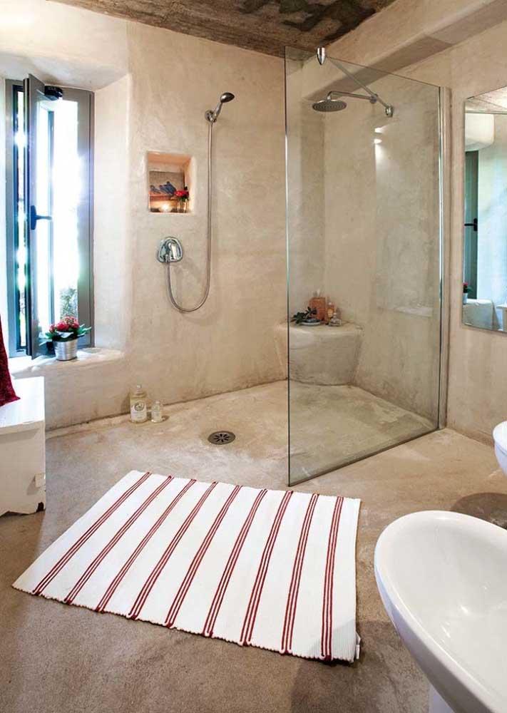 Um único tapete de crochê grande o suficiente para cobrir a área do banho, da pia e do vaso sanitário