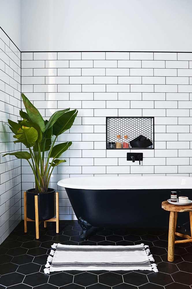 O tapete de crochê acompanha as cores modernas do banheiro