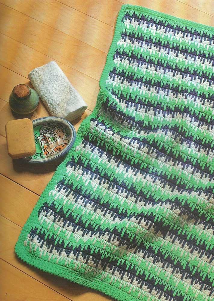 Uma opção de tapete de crochê verde; a cor não é muito usual, mas vale a pena quando a intenção é diferenciar a decor