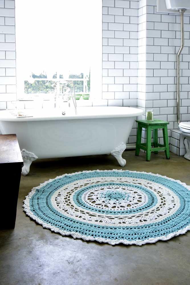 Aqui, o tapete de crochê casa direitinho com a proposta de decoração do banheiro