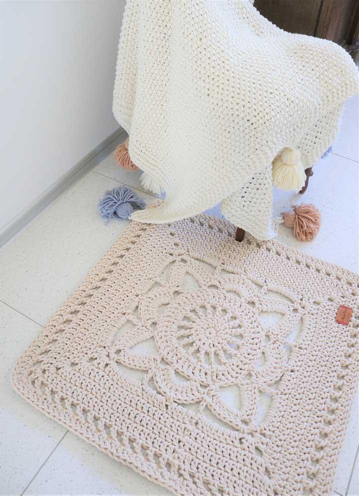 Que tal um tapete de crochê quadrado com desenho de flor para o banheiro?