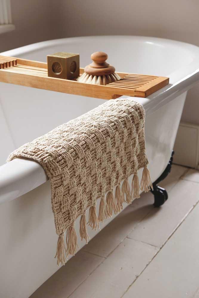 Um tapetinho de crochê com franjas sempre à disposição para secar os pés depois do banho de banheira