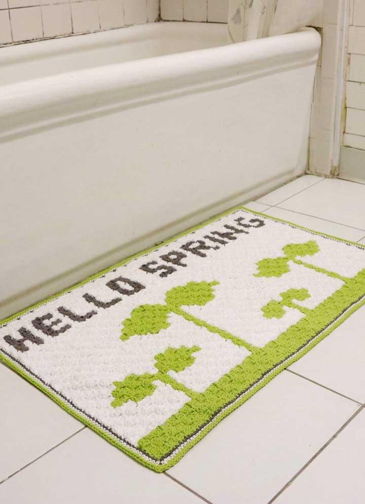 Frases e desenhos também se revelam uma alternativa interessante para os tapetes de banheiro