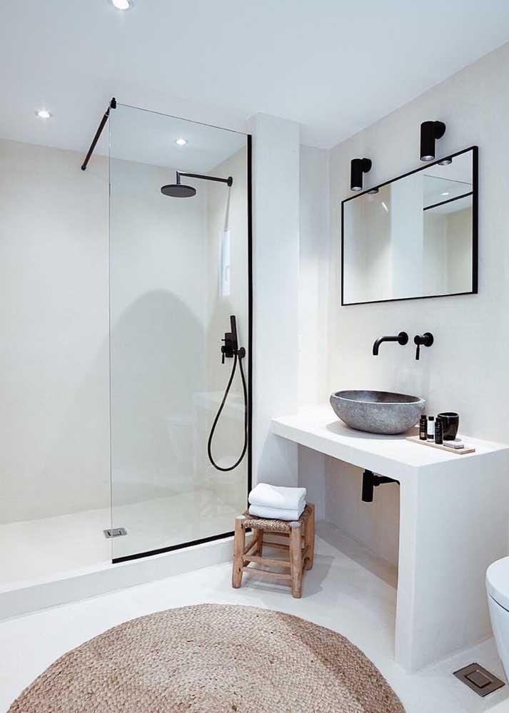Banheiro moderno também combina com tapete de crochê; aqui, o modelo escolhido foi o de formato circular em tom cru