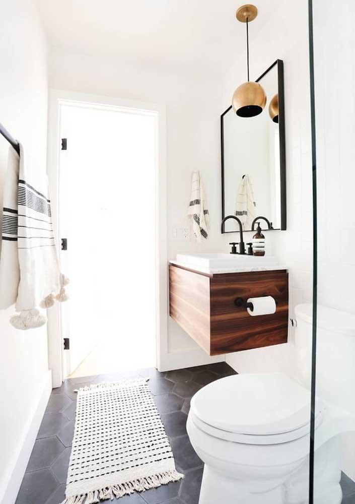 O chão cinza ajuda a destacar o tapete de crochê branco com detalhes em preto