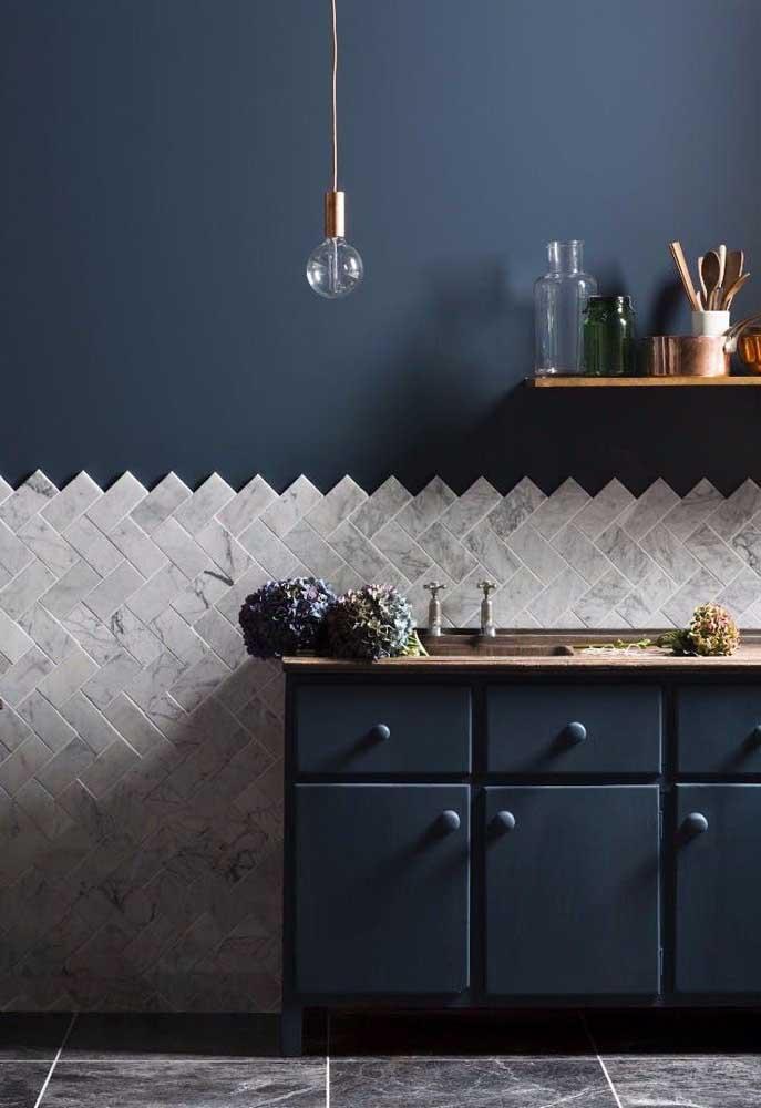O azul petróleo usado na parede da cozinha faz uma combinação perfeita com os azulejos brancos e com o móvel no mesmo tom.