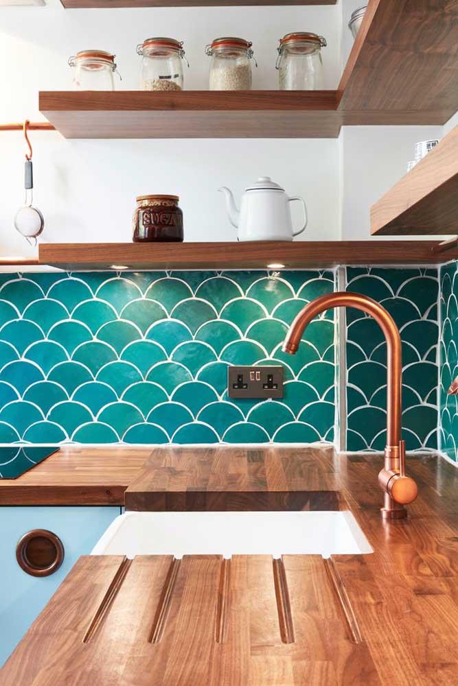 Se a intenção é usar a cor azul petróleo apenas para destacar alguns detalhes da decoração, você pode usá-la em algumas áreas da cozinha.