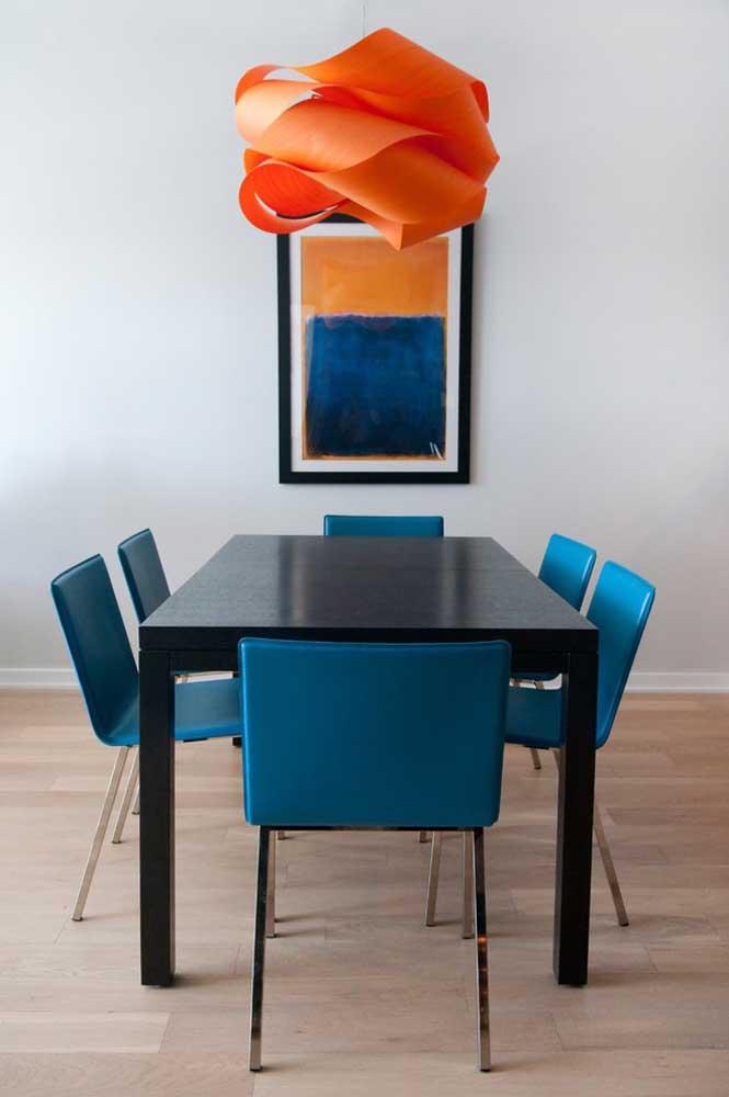 Você quer fazer uma combinação inusitada? Escolha os móveis nas cores azul petróleo e preta.