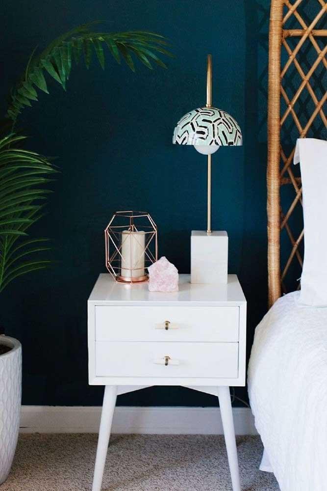 Incrível como a cor branca ficar perfeita com o azul petróleo. Você pode usar o azul petróleo na parede e o branco nos móveis.