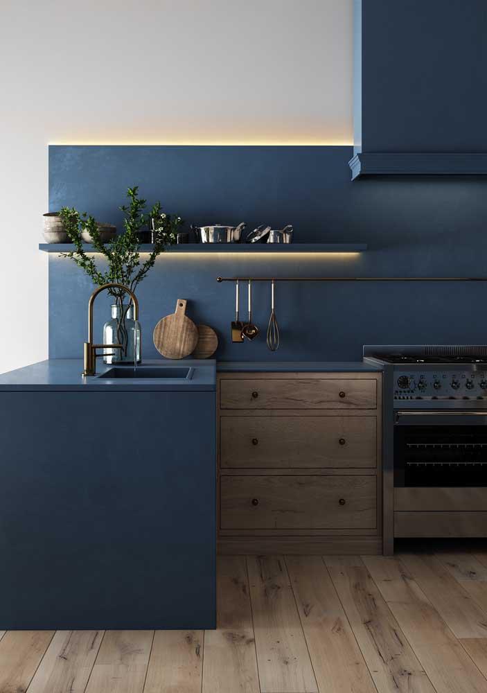 Mas se a intenção é misturar os estilos moderno e rústico, que tal combinar a cor azul petróleo com madeira?