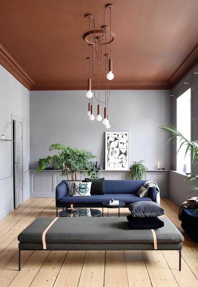 Para deixar o ambiente mais sóbrio e ao mesmo tempo sofisticado, use as cores marrom e azul petróleo.