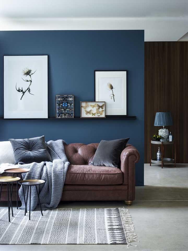 A cor azul petróleo pode ser usada apenas em uma parede da sala, apenas para destacá-la.