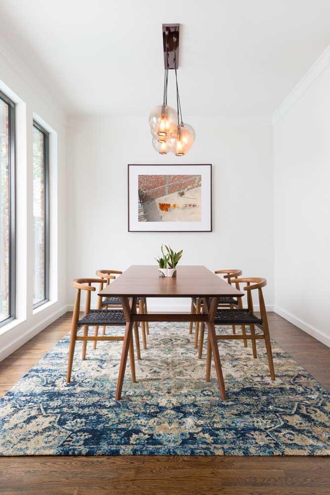 O modelo de tapete usado nessa decoração é perfeito para quem deseja ter um ambiente confortável.