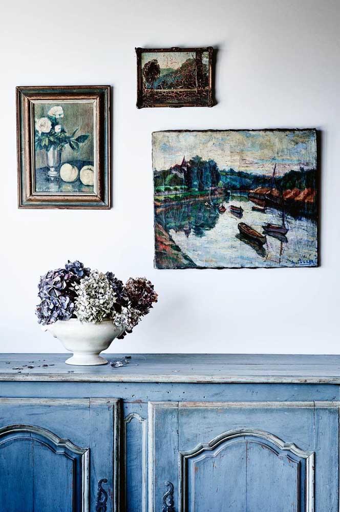 Diferentes tons de azul foram usados nessa decoração, seja nos móveis, seja nos elementos decorativos.