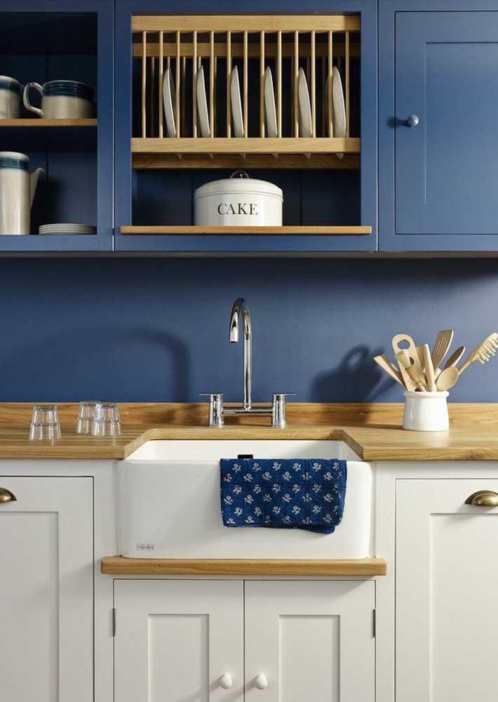 Que tal decorar a cozinha com as cores azul petróleo e branca? Para deixá-la mais charmosa, acrescente móveis de madeira.
