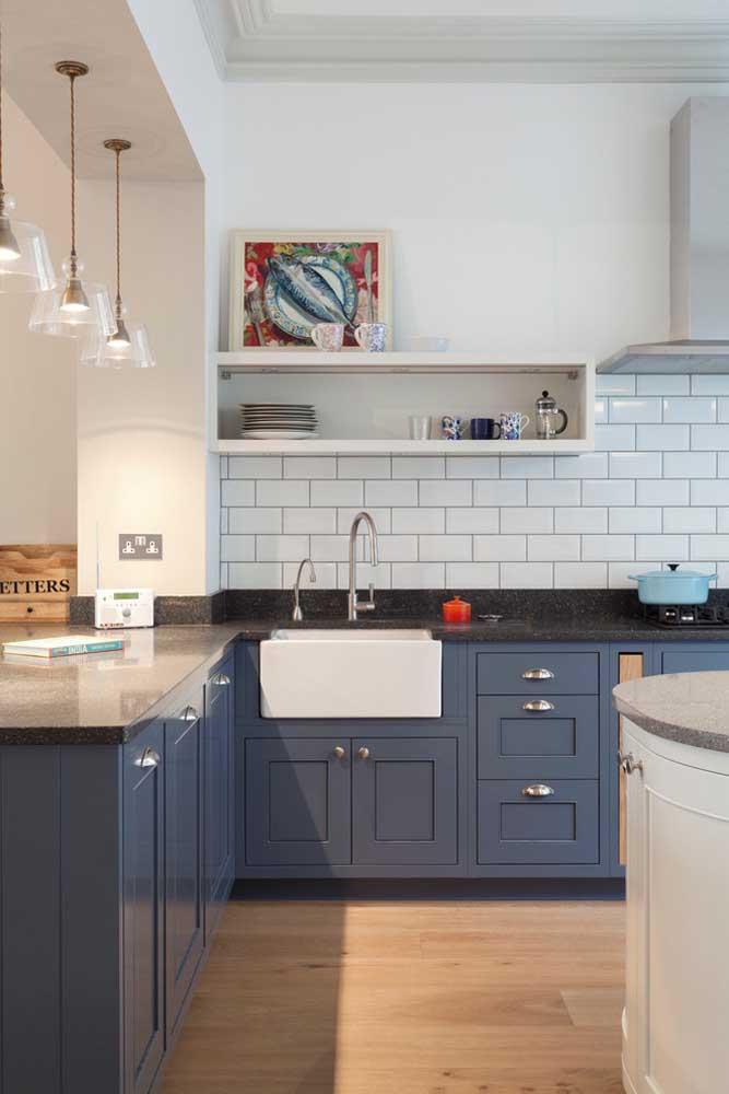 Os móveis feitos na cor azul petróleo transmitem um ar mais sério ao ambiente que pode ser quebrado combinando a decoração com a cor branca.